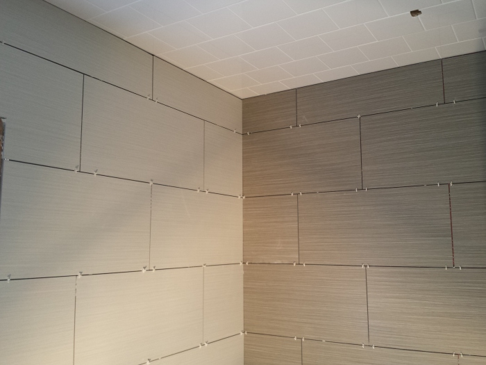 Witte en grijze streepjestegel