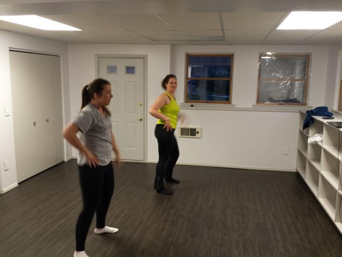 Indiaas dansje oefenen in onze basement. Ruimte genoeg!