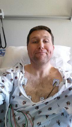 Michiel met een hoop plakkers voor de hartmonitor