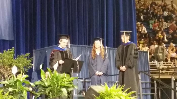 De student marshal met professor Baumgardner (links) en professor Ding (rechts)