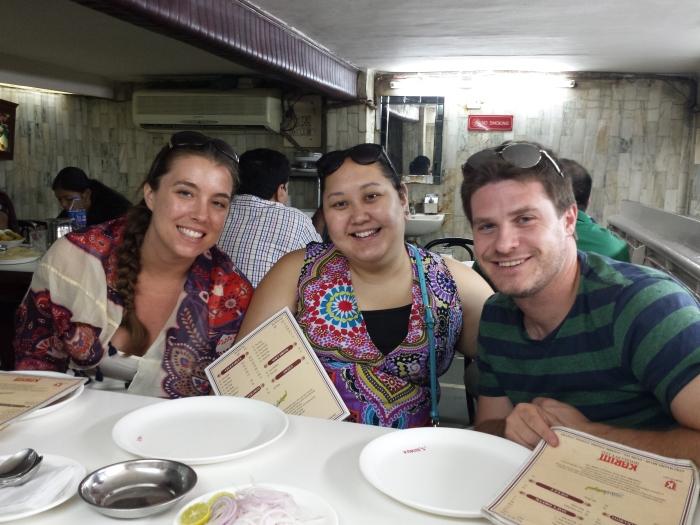 Jess, Emma en Peter bij Karim's