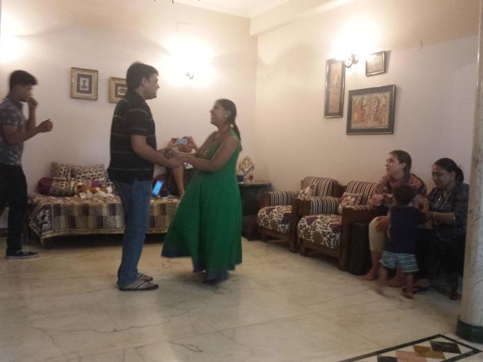 Oefenen door zus Divya en haar man
