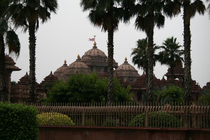 De door het hek gefotografeerde Akshardham tempel