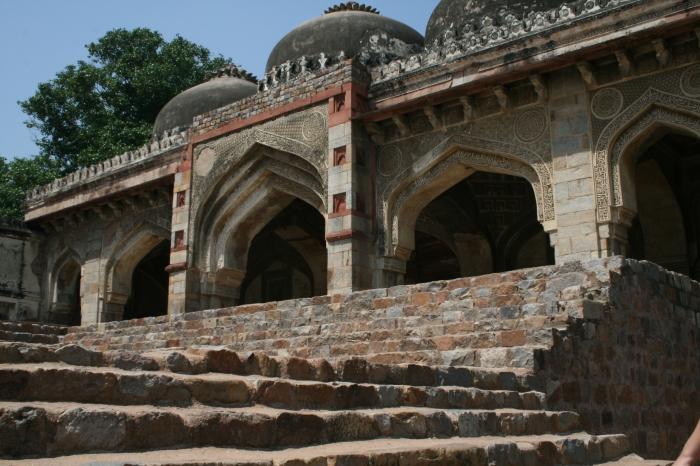 Deel van de moskee (met drie koepels) in de Lodhi Garden