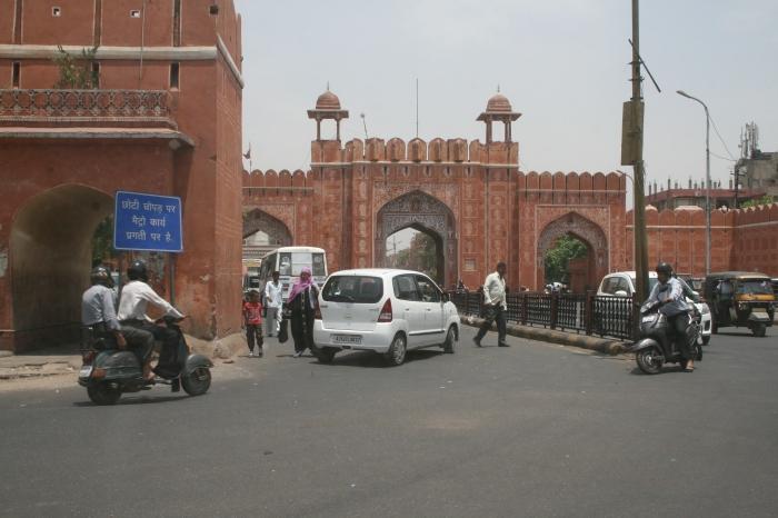 Toegangspoort tot de Roze Stad (oude binnenstad van Jaipur)