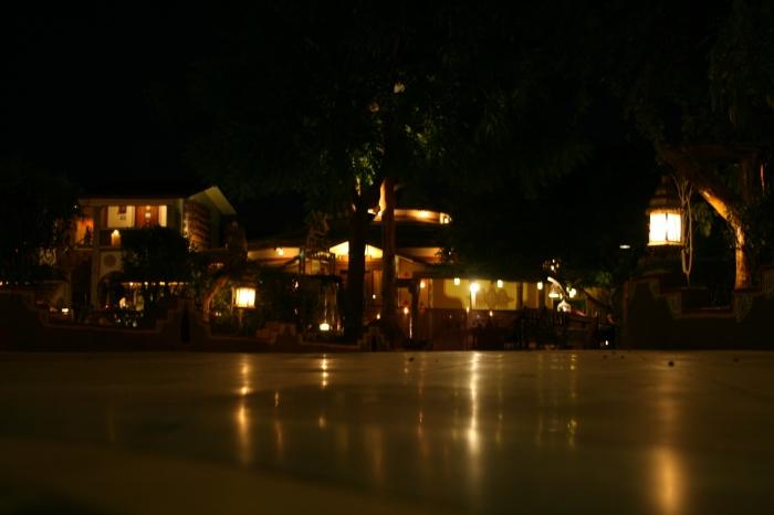 Het Chokni Dhani resort na zonsondergang