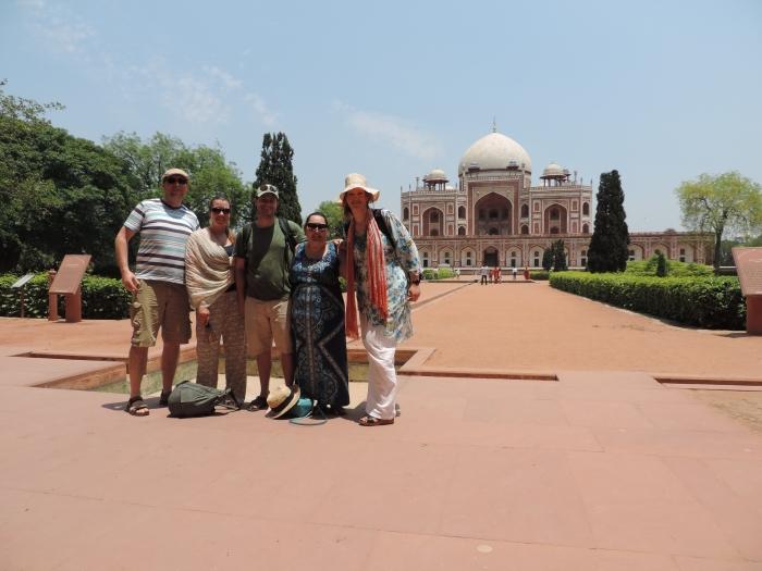 Michiel, Jess, Peter, Emma en ik voor Humayun's Tombe