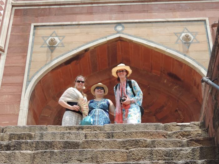 Doorkijkje naar bovenop de trap: Jess, Emma en ik