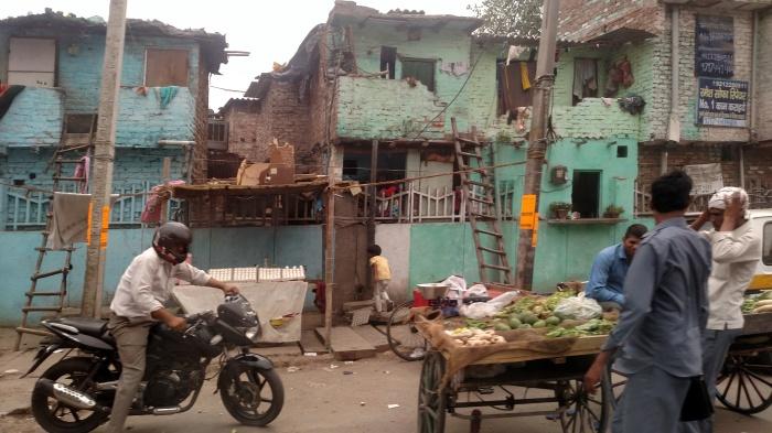 Een niet zo'n hele beste wijk in Delhi - en dat fruit mochten we dus niet kopen. Begrijpelijk