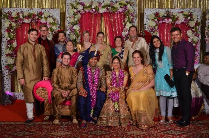 Daar staan we dan allemaal - met Pranav en Priya