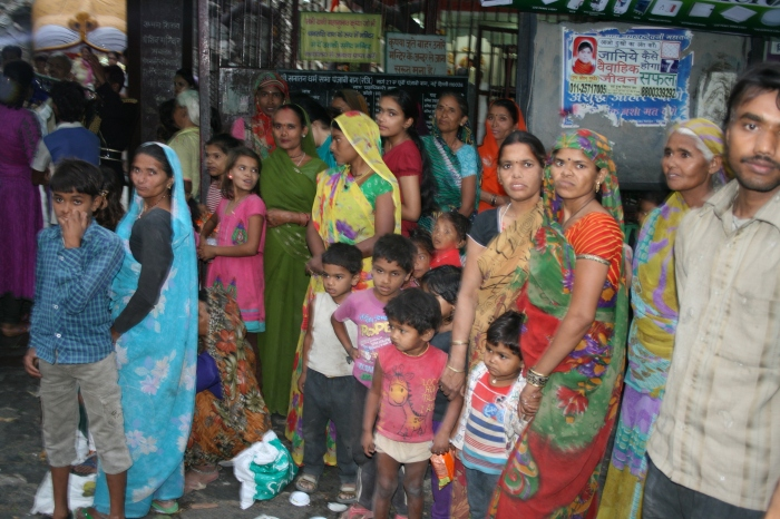 Buiten de tempel. De armoede is nooit ver weg in Delhi