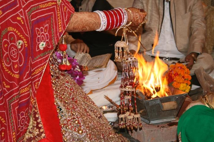Het gooien van bloemetjes in het vuur... traditie