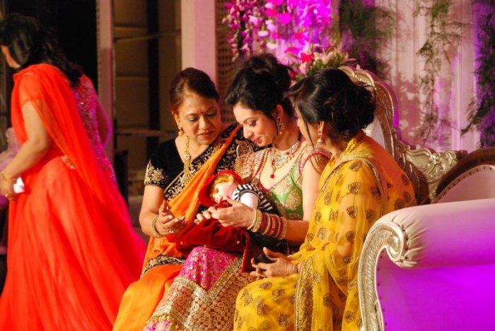 De Godh ceremonie, met moeder en schoonmoeder aan Priya's zijde