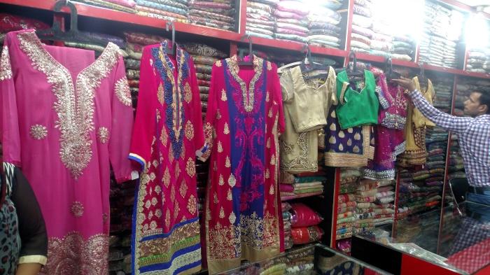 Onze kurta's en sari's hingen al klaar