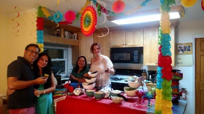 Pranav en Priya, Emma en ik in Peter's keuken