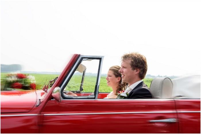 Klaas en Linda in hun rode trouwauto (copyright Miranda Vijfvinkel)