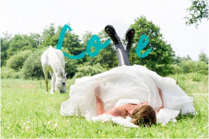 Je zou maar met ruim 30 graden in het gras liggen met zware paardrijlaarzen aan... (copyright Miranda Vijfvinkel)