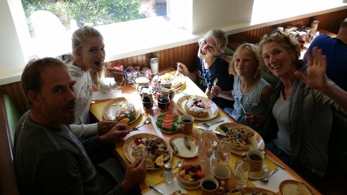De familie (inclusief Miranda!) bij de Waffle Shop!