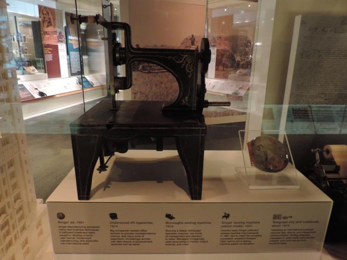 De eerste Singer naaimachine...