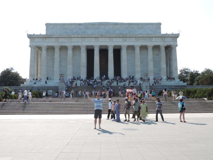 Het Lincolmonument, met binnen een standbeeld van Lincoln op z'n troon