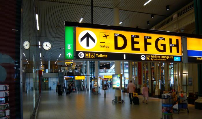 Dit is Schiphol, met de bekende gele bewegwijzeringsborden