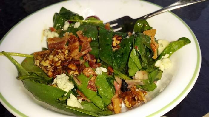 En een heerlijk spinaziesalade met bacon, aardbeien en blauwe kaas