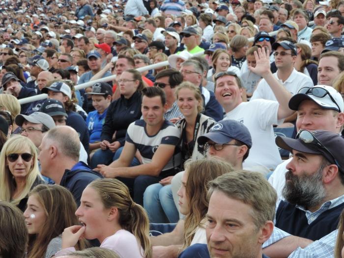 In de mensenmassa in het stadion...
