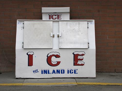 Deze staan buiten supermarkten en tankstations. Vol met ijs!