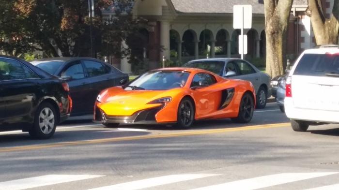Een oranje Audi R8. Op de campus...