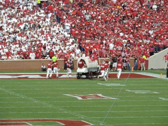 De Sooner Schooner, die op het veld komt na elke touchdown