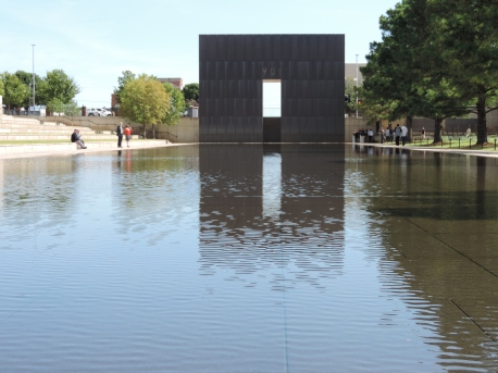 De vijver met z'n poorten van het Oklahoma City Memorial