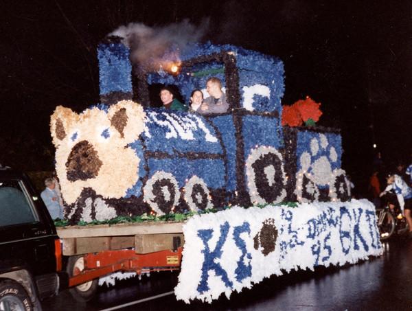 Een 'float' - een praalwagen gemaakt van propjes gekleurd papier