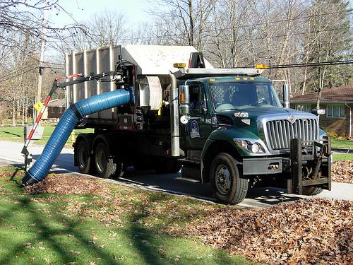 De 'leaf collector' (een blaadjes-stofzuiger-vrachtwagen)