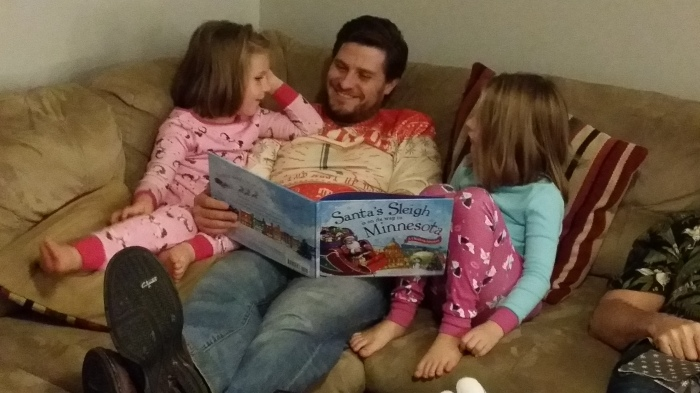 Peter vertelt de meiden hun kerstverhaal voor ze gaan slapen
