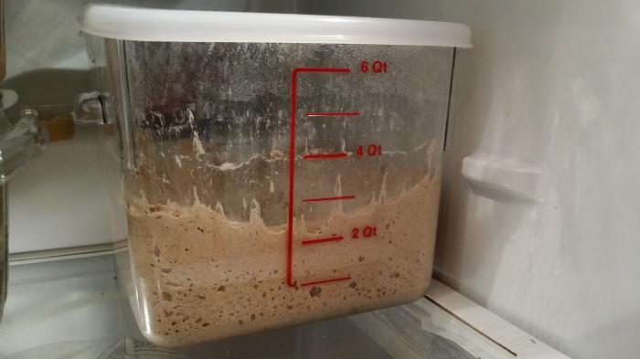Er staat nu een grote bak met brooddeeg in de koelkast!