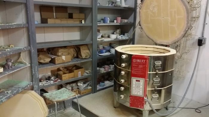 En de oven waar de werkstukken in worden afgebakken