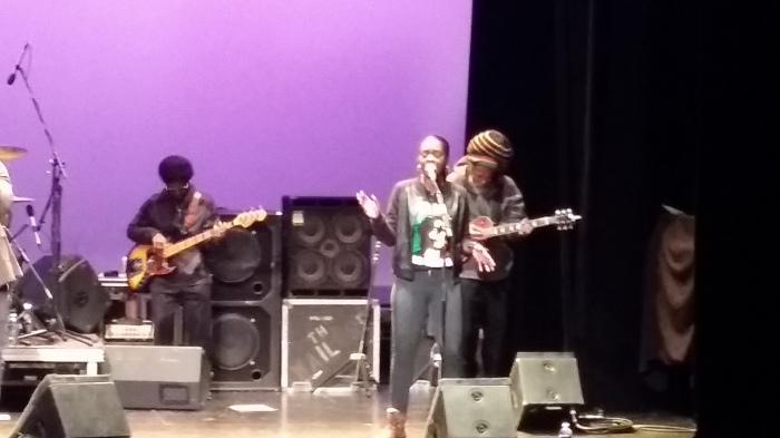 Met in Rastafari muts een origineel bandlid van de vroegere Wailers