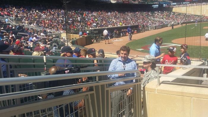 Een militair wordt geinterviewd naast onze tribune