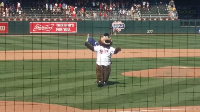 T.C., de mascotte van de Twins, blij na het winnen van de wedstrijd