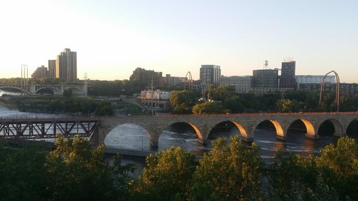De oude 'Stone Bridge' over de Mississippi, ook nog eens op herhaling