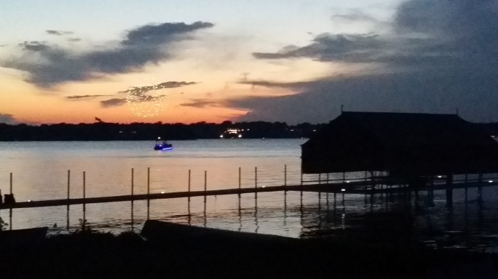 4th of July vuurwerk aan de overkant van het meer
