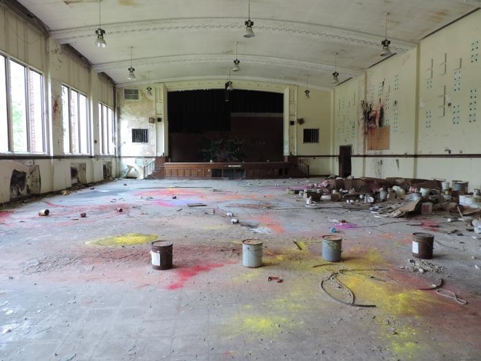 De aula waar eerder een verfexplosie heeft plaatsgevonden
