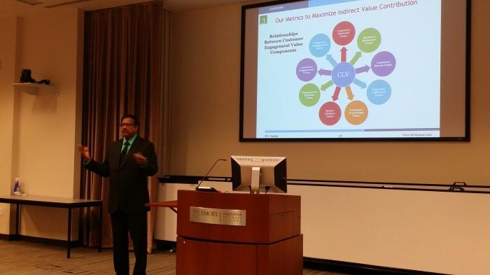 Toponderzoeker V Kumar kreeg een onderscheiding voor z'n werk op de conferentie
