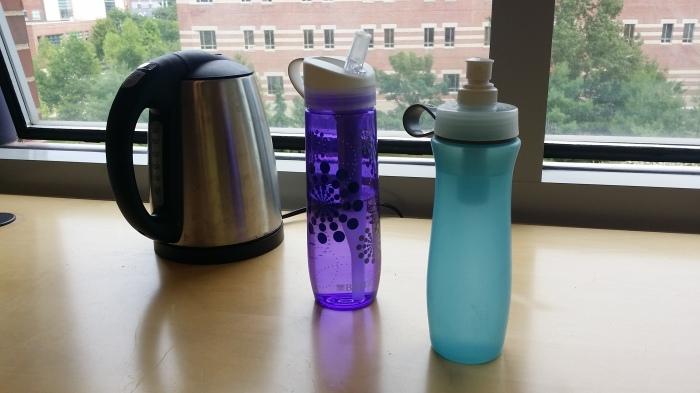Mijn kantooruitrusting: waterkoker en mijn twee flessen met waterfilter