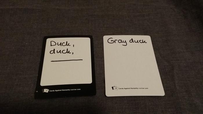 Cards Against Humanity. Emma en Peter: vul eens aan 'Duck, duck...'