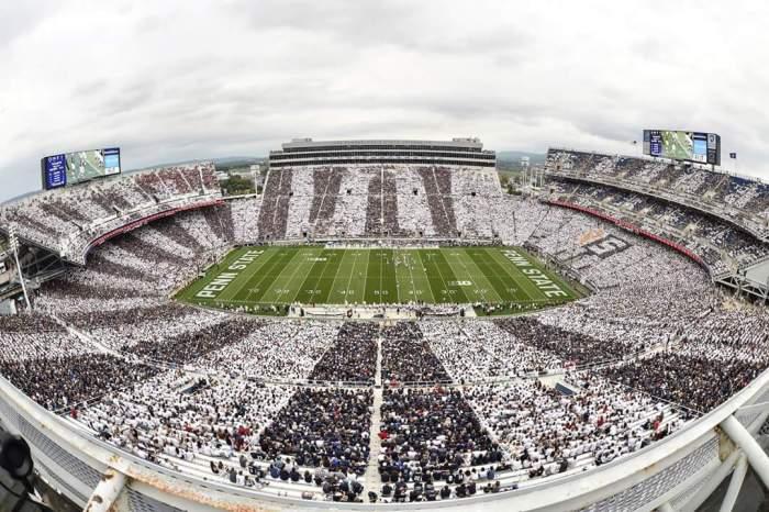 Drone foto van boven... Indrukwekkend groot stadion, met meer dan 100.000 bezoekers!