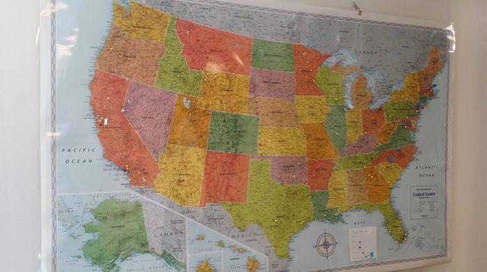 Wij hebben een kaart van Amerika in de basement hangen