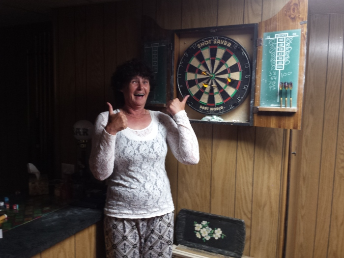 Ma heeft een bul gescoord bij het darten!