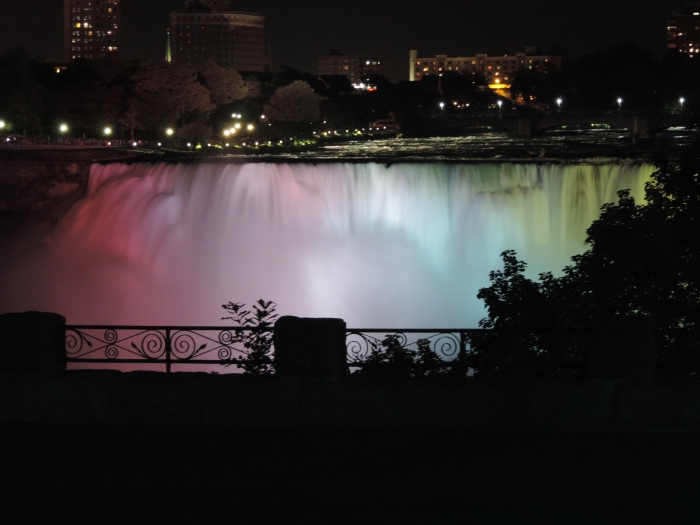 De Niagara Falls zijn 's avonds verlicht