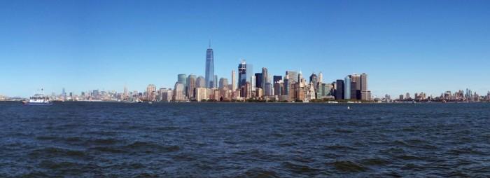 De skyline van Manhattan gezien vanaf Ellis Island